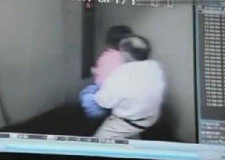当电梯门关上 雷人的一幕发生了