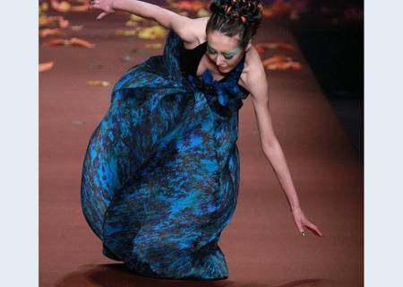 国内时装表演女模特摔倒尴尬一幕