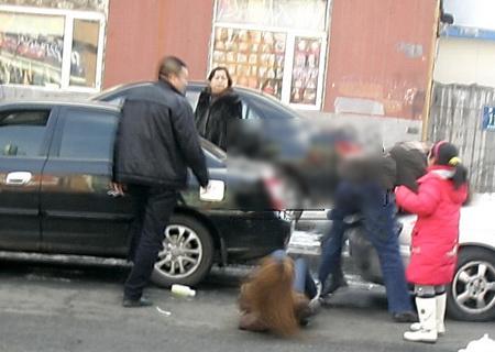 两女子当街殴打中年男子(组图)