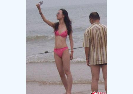 惊现美女直接穿内衣在海边闲逛