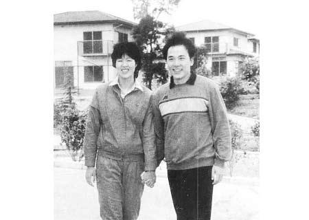 郎平退役之后,和当时的丈夫白帆一起到美国自费