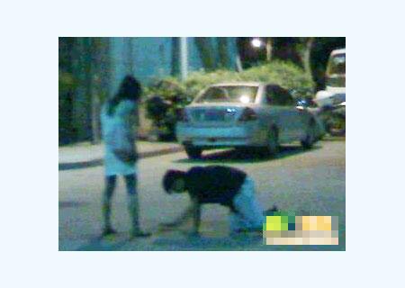 女生下跪磕头图片图片