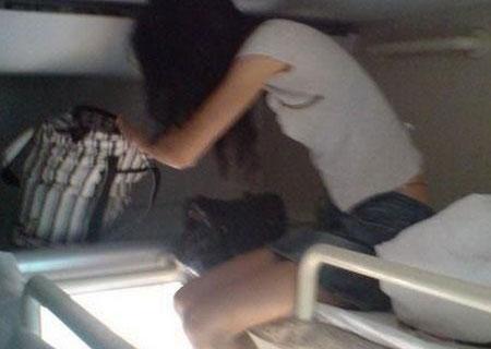火车卧铺睡姿图片女; 标题:火车软卧中拍到的青春
