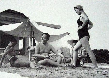 ...女儿李纳(右1)、李敏(右2)、侄子毛远新在北戴河浴场(1954年)