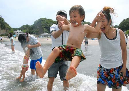 日本福岛海水浴场两年来首次开放