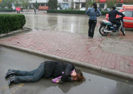 雨中少女突然晕厥倒地后的感人一幕!图片