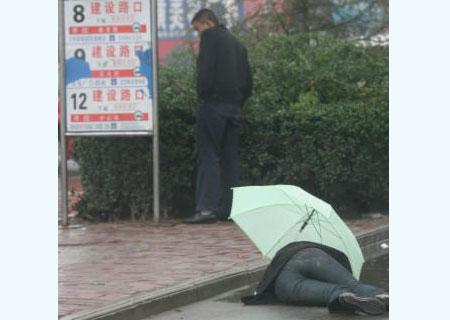 雨中少女突然晕厥倒地后的感人一幕!(组图)图片