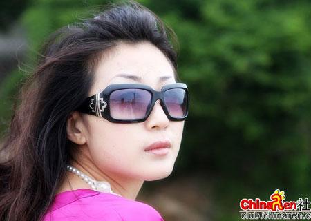 *  她的眼睛肯定死难看,否则她总戴眼镜干吗?