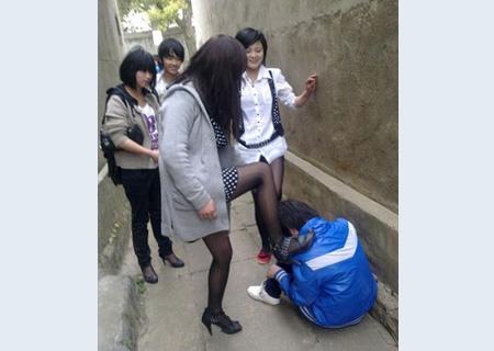 操妹妹逼��n�_黑丝女当街暴打女子逼其下跪