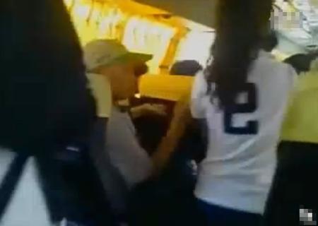 看图说事-实拍公交车老伯咸猪手乱摸女乘客-搜