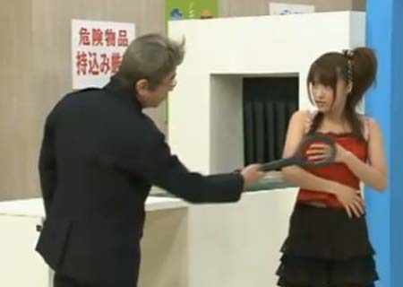 看看变态日本人如何过安检