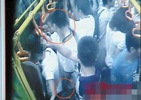 公交车视频显示 猥琐男紧贴着邓小姐;